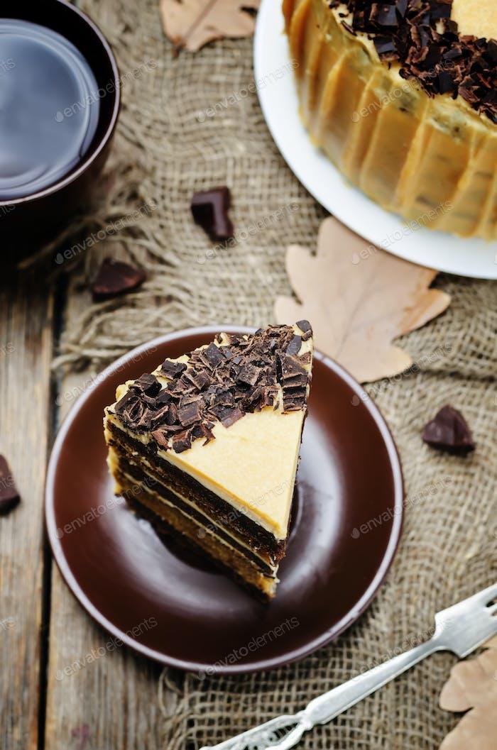 Kürbis- und Schokoladenkuchen mit gesalzenem Karamell-Frischkäse
