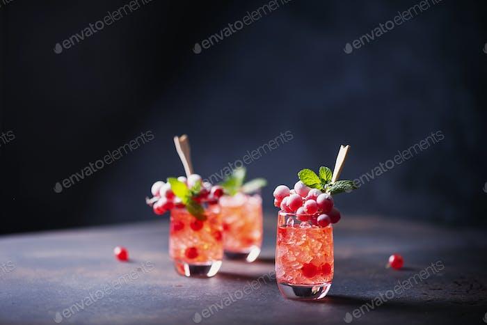 Alkoholischer Schuss mit Johannisbeere
