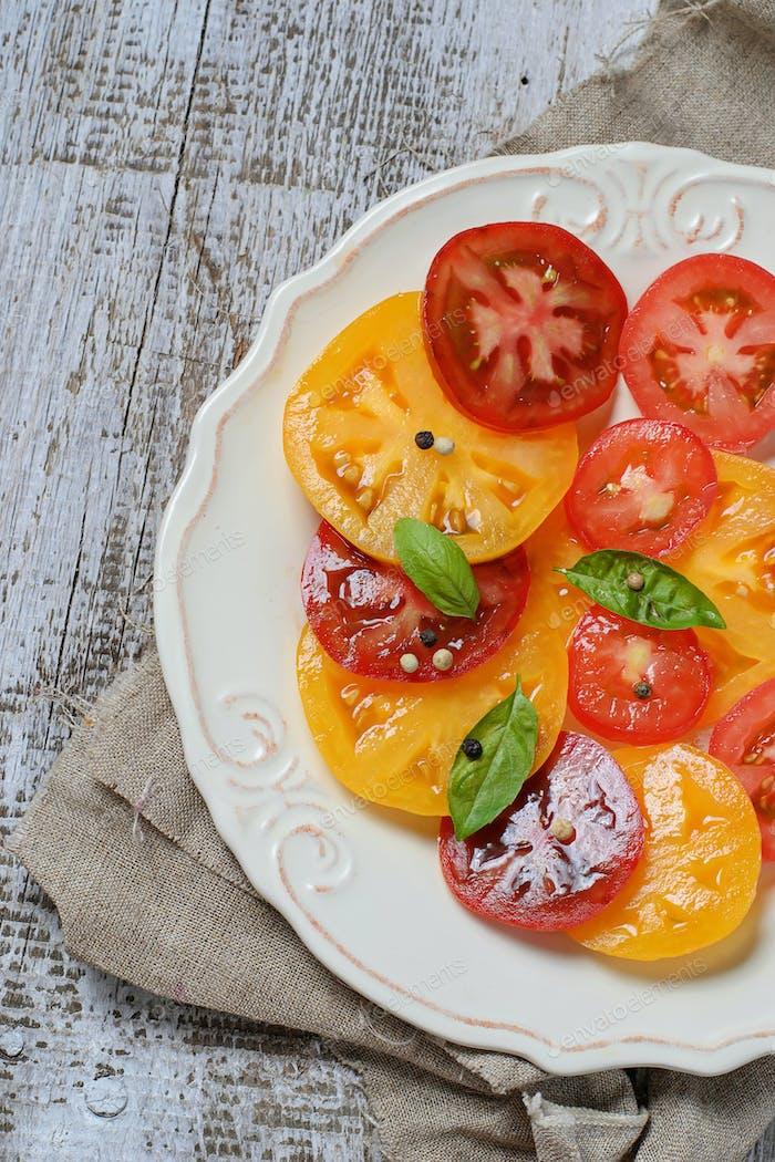 Salat mit verschiedenen Tomate in Scheiben geschnitten