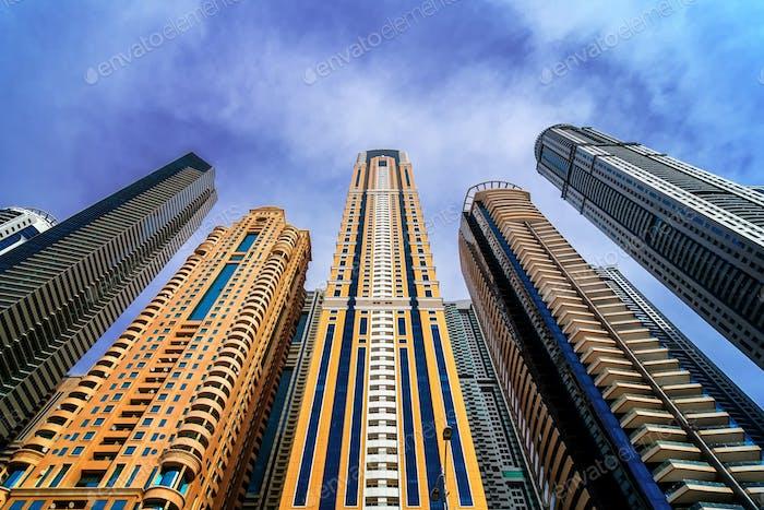 Majestätische bunte Dubai Marina Wolkenkratzer.