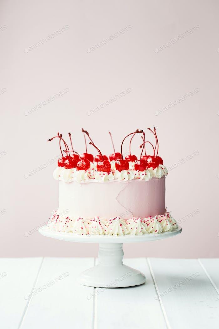 Kuchen mit Maraschino-Kirschen verziert