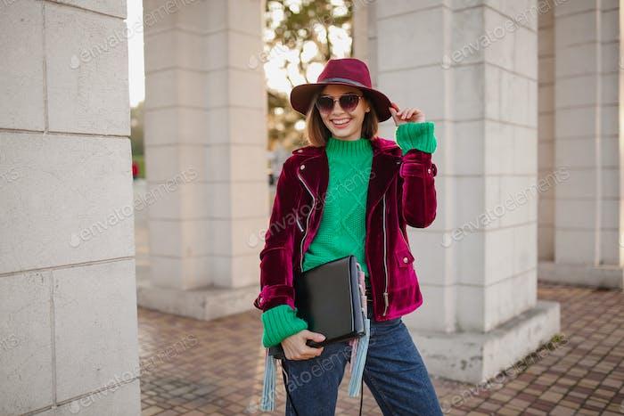 mujer atractiva en el estilo de otoño traje de moda caminar en la calle