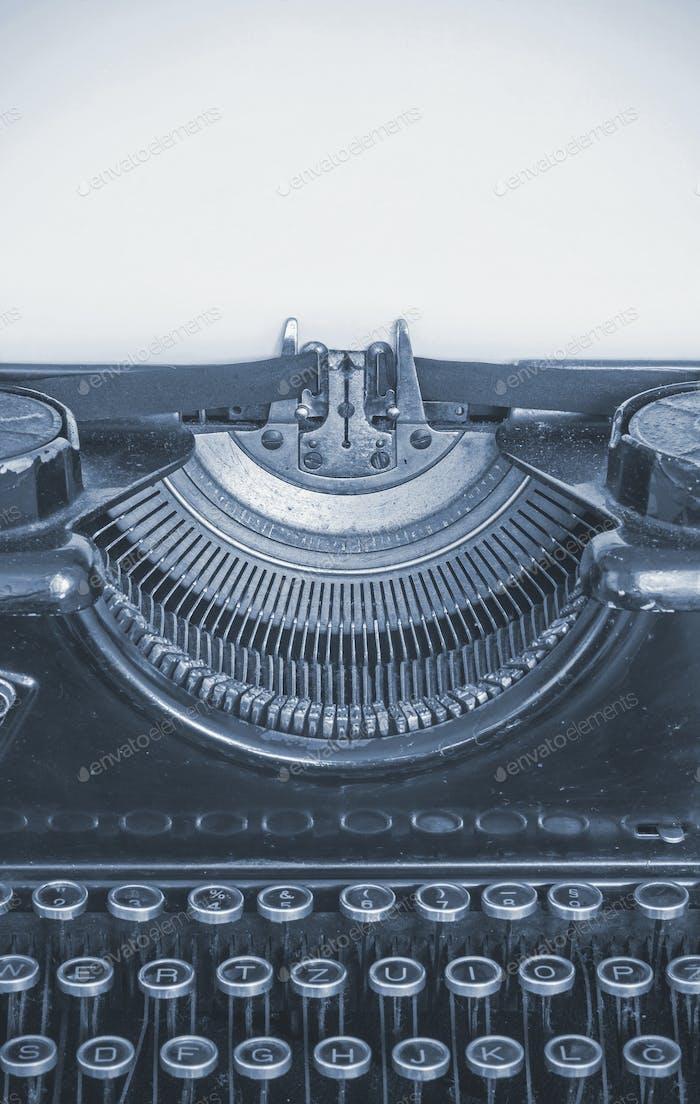 Alte Schreibmaschine und leeres Blatt Papier für Ihren Text, Cyano Stil
