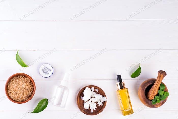 Spa Hintergrund mit Vorbereitung handgemachte Naturkosmetik Produkte auf weißem Holzhintergrund, flach