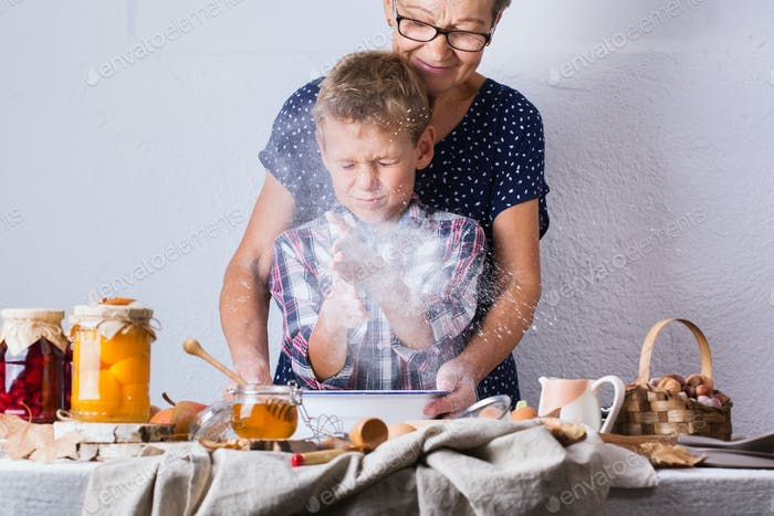 Großmutter mit Enkel kochen, Teig kneten, Backen in der Küche