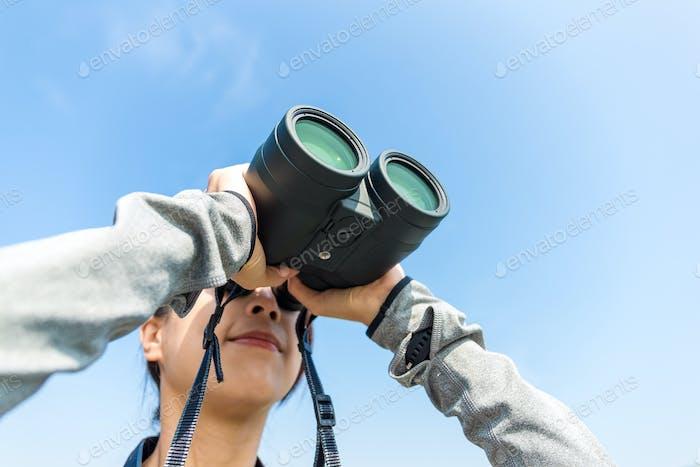 Woman use of the binoculars