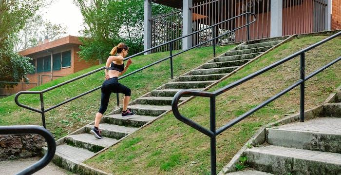 Sportlerin steigt im Freien Treppen