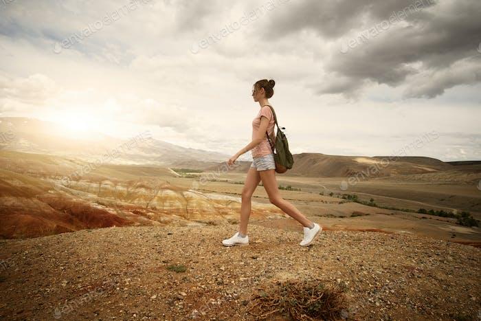 Frau Backpacker Trekking In den Bergen.