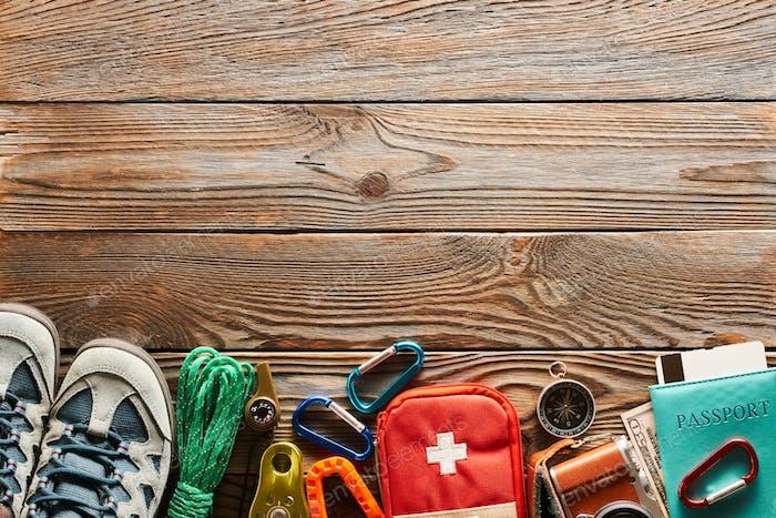 Artículos de viaje para senderismo sobre Fondo de De madera