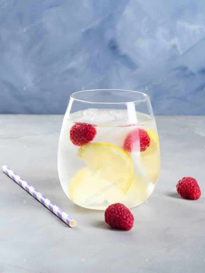Trinken Sie mit Himbeeren und Zitrone, Eis