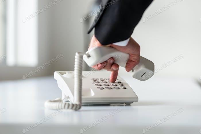 Männliche Hand wählen eine Telefonnummer, um ein Telefon zu machen ca