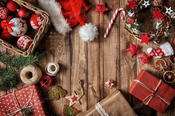 Weihnachtskugeln, Geschenke, Süßigkeiten mit Weihnachtsschmuck