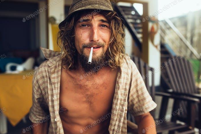 Der Kerl raucht eine Zigarette