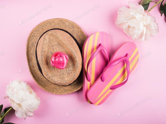 Sommerurlaub Konzept auf rosa
