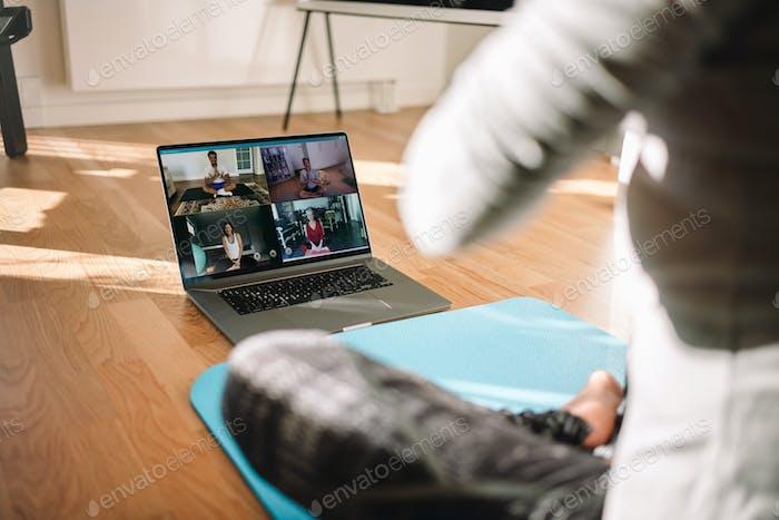Frau Durchführung virtueller Fitness-Kurse über Video konferenz