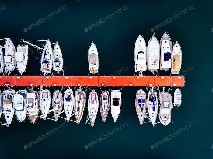 Luftaufnahme des Yachthafens mit Booten und Yachten in Italien.