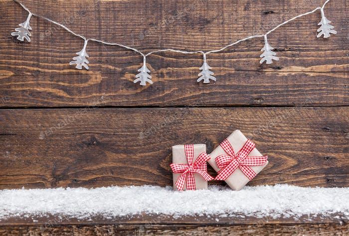 Weihnachtsdekoration auf Holzhintergrund mit Kopierraum