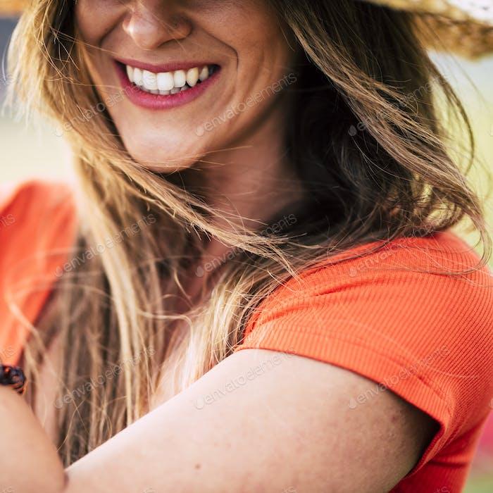 Nahaufnahme Porträt von attraktiven Brünette Lächeln mit perfekten Zähnen