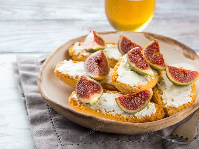 Crostini with cheese and figs