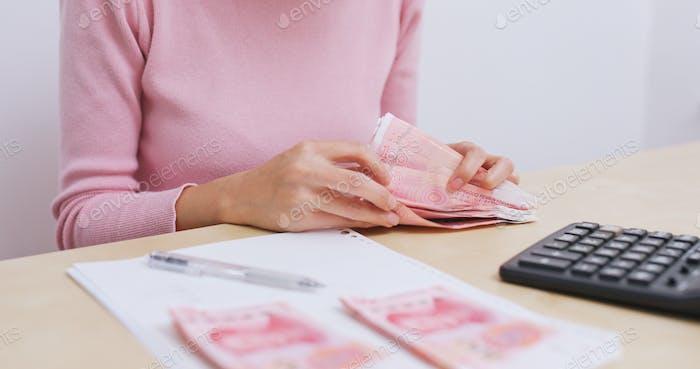 Домохозяйка проверяет ежедневные расходы дома