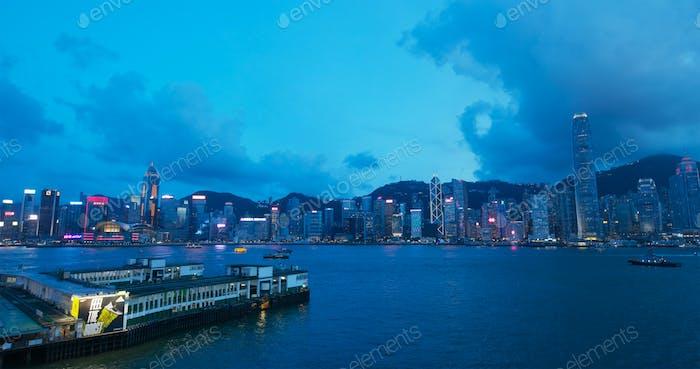 Victoria Harbor, Hong Kong 06 julio 2019: Hong Kong por la noche