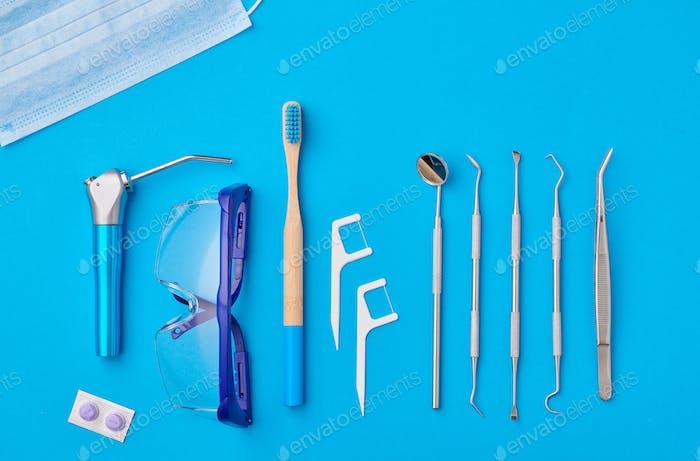 Zahnarzt-Tools über blauem Hintergrund Draufsicht