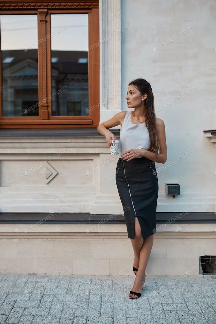 Moda Mujer bonita caminando por las calles de la Ciudad Vieja