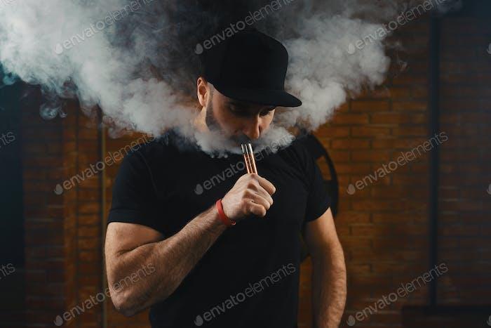 Mann Dampf eine elektronisch Zigarette