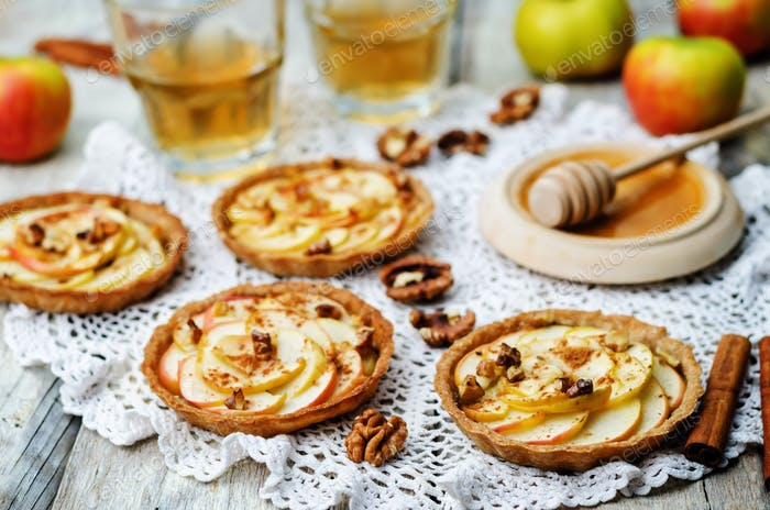 Rye tartlets with apples, cinnamon, honey and walnuts