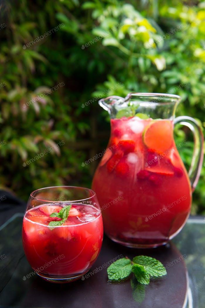 Frische hausgemachte Erdbeere und Himbeer-Limonade