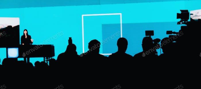 Rednerin auf der Bühne bei Medienpressekonferenz