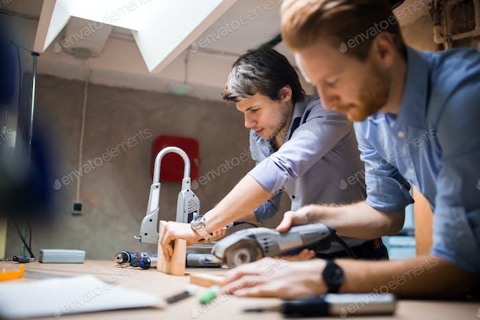 Zwei Designer arbeiten zusammen