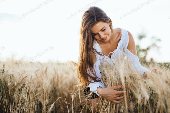 Schöne Frau im Gerstenfeld