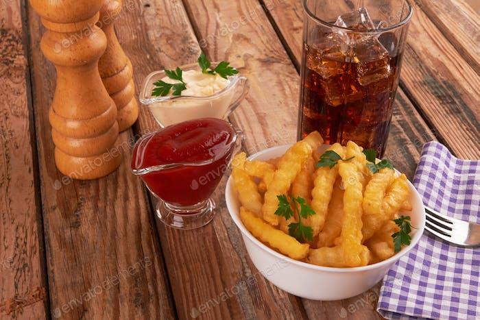 Pommes frites auf Holztisch