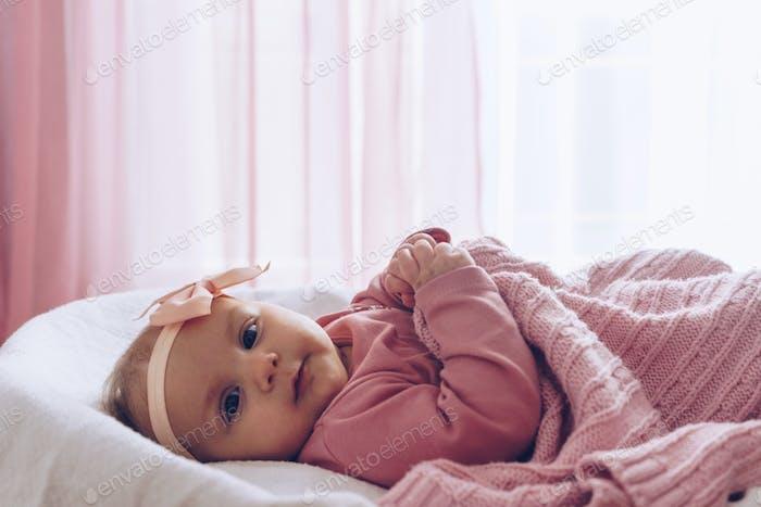Kleine niedliche Baby-Mädchen liegend im Korb