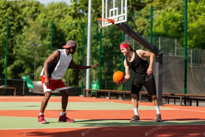 Jugadores de baloncesto profesionales que tienen partido amistoso en el estadio