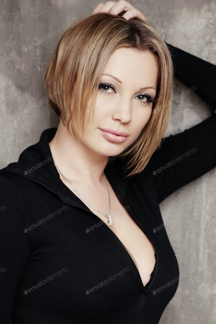 Attraktive Frau mit einem kurzen Haarschnitt.