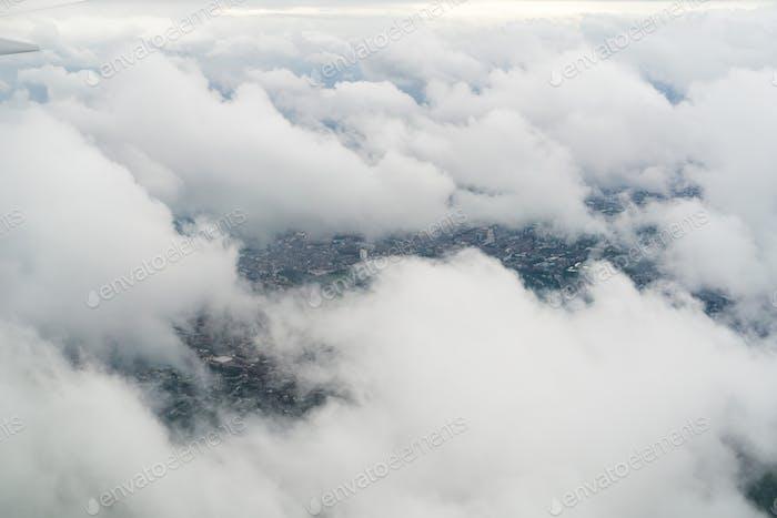 Fliegen Sie an einem bewölkten Tag über London