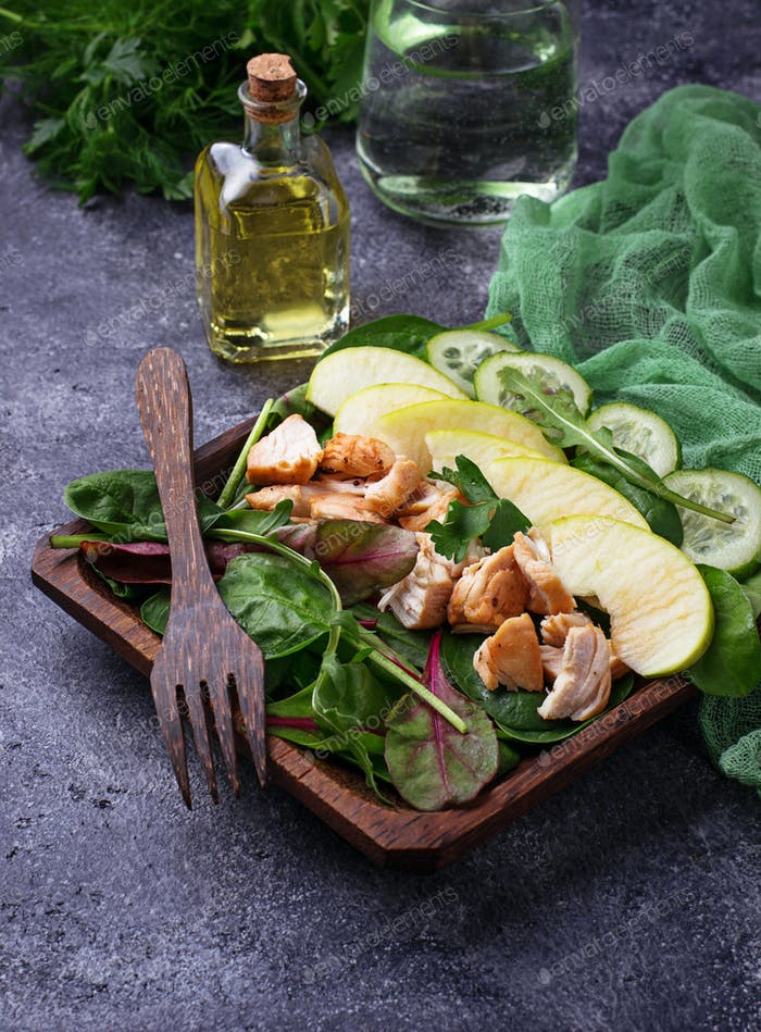 Salad with spinach, chicken, cucumber and apple
