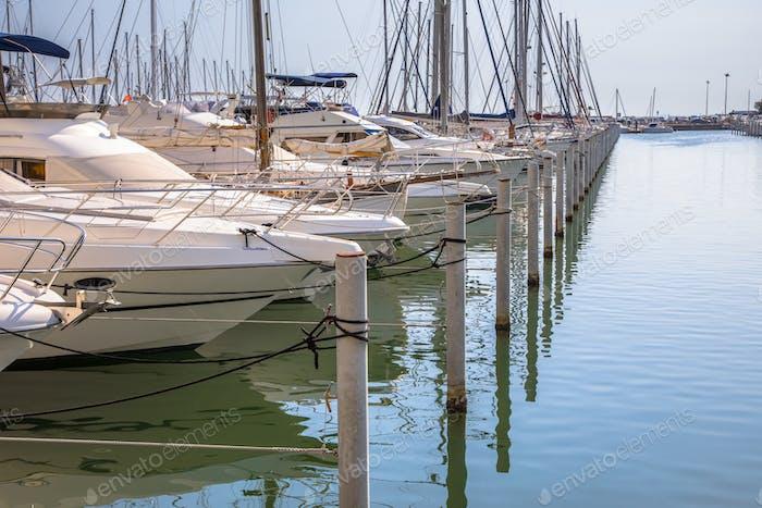 Marina mit Yachten