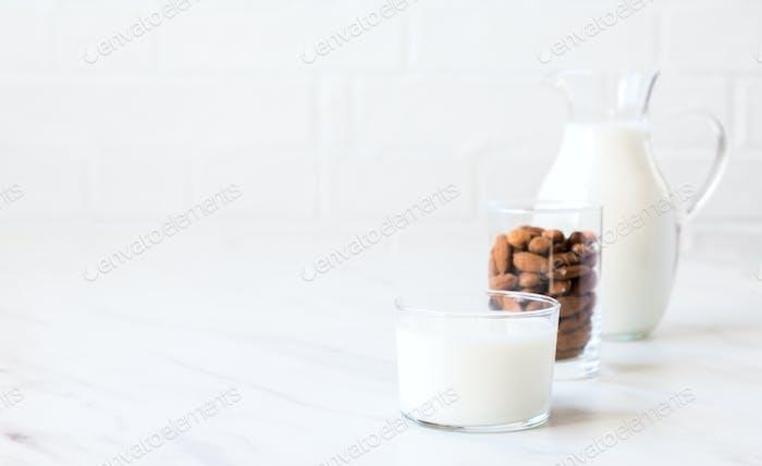 Mandelmilch in einem Glaskanne .Trinken Sie für Vegetarier.