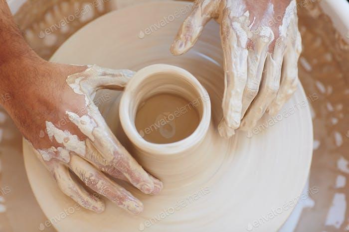 Hände und Kanne