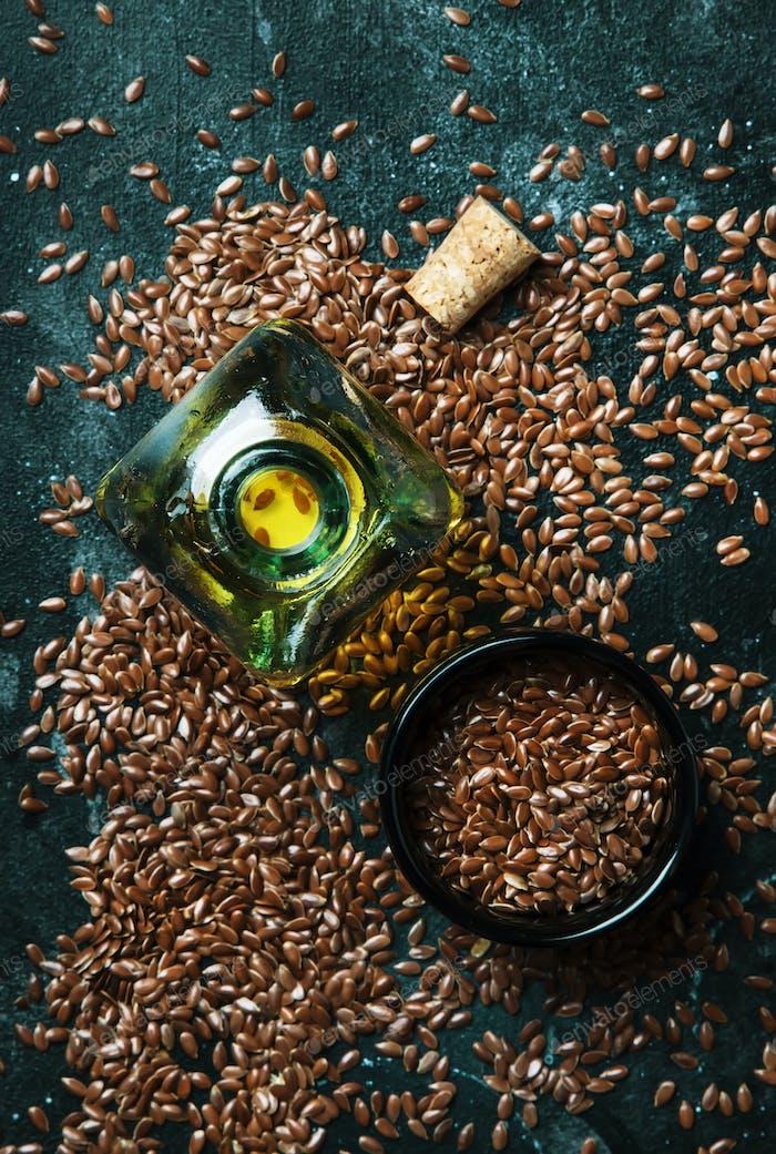 Leinöl oder Leinöl in Glasflasche und Samen