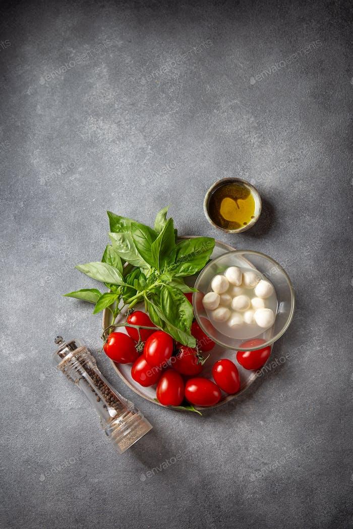 Caprese ingredientes de ensalada - tomates, queso y albahaca.