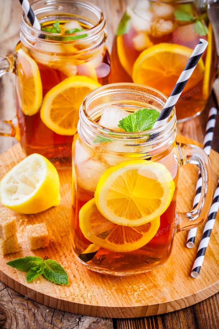 Eistee mit Zitronenscheibe im Mauerglas
