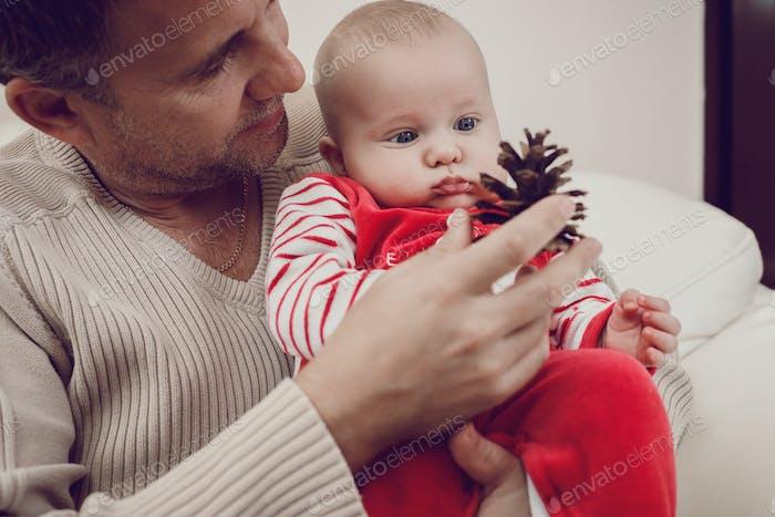 Pai feliz se divertindo com filho bebê recém-nascido, retrato de família