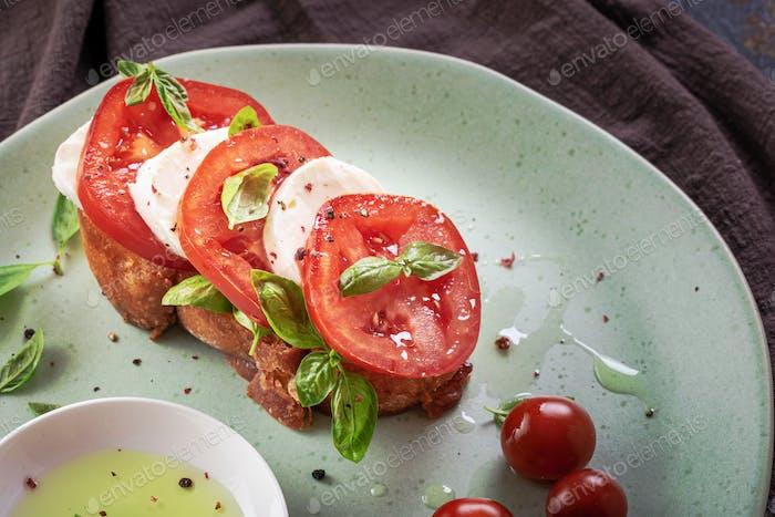 Mozzarella und Tomate Bruschetta