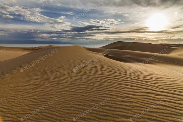 Schöne Aussicht auf die Wüstenlandschaft. Gobi Wüste. Mongolei.
