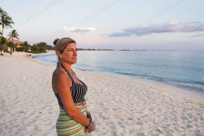 erwachsene Frau Blick auf untergehende Sonne, Grand Cayman Island