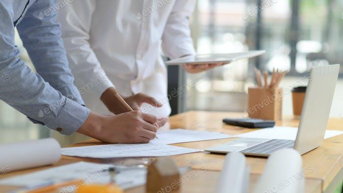 Les ingénieurs et les architectes contribuent à la conception de la construction.
